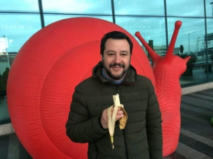 salvini mangia banane